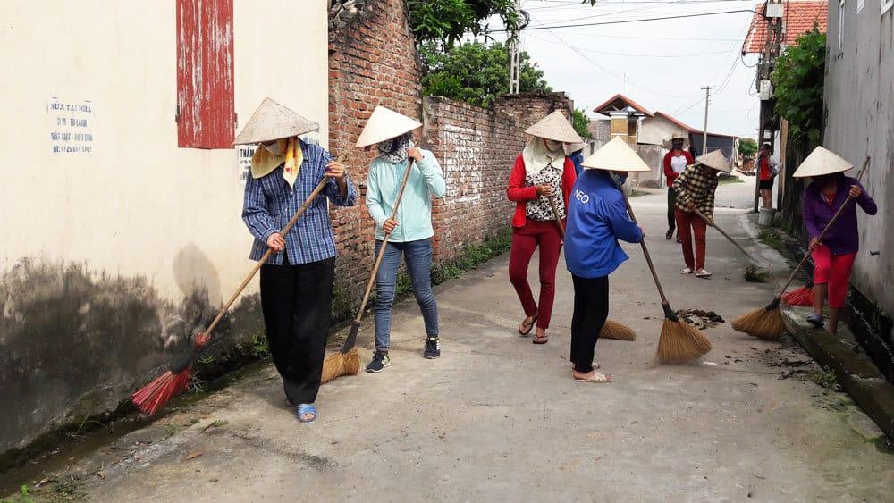 Vệ sinh làng xóm vào lễ Phật Đản