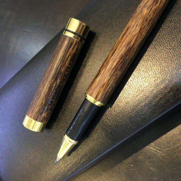 Bút Trầm Hương khi được mang theo bên người sẽ tránh các điềm gở và mang lại may mắn cho người sử dụng