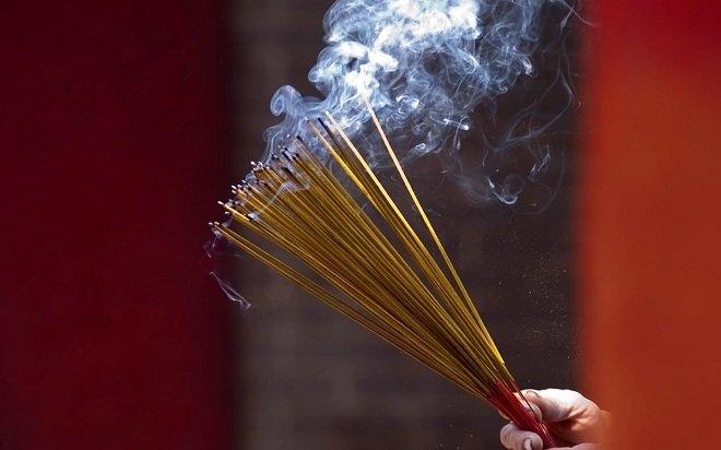 Việc thắp hương luôn được biết đến là một cách giúp loại bỏ tà khí và những điều xui xẻo vô cùng hiệu quả