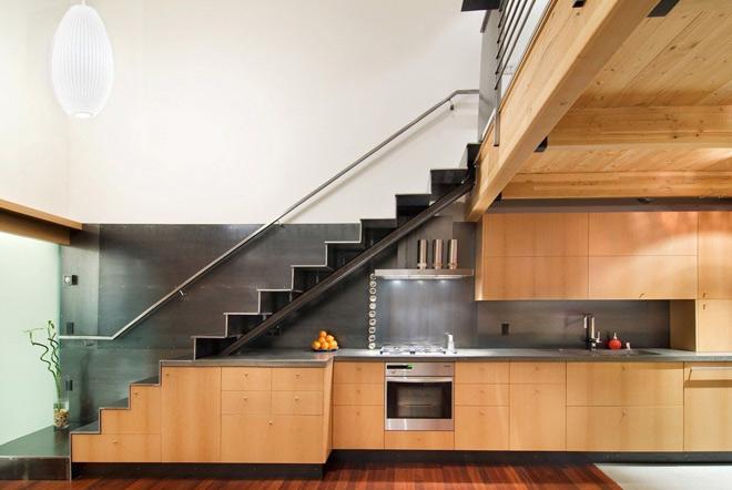 Bếp được đặt dưới chân cầu thang