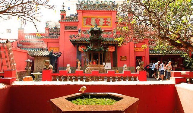 Chùa Ngọc Hoàng có vị trí ở số 73 trên đường Mai Thị Lựu quận 1.