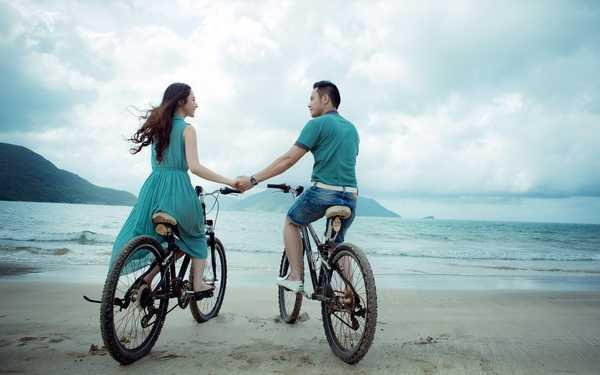 Cùng nhau đạp xe bên bờ biển chiều lộng gió