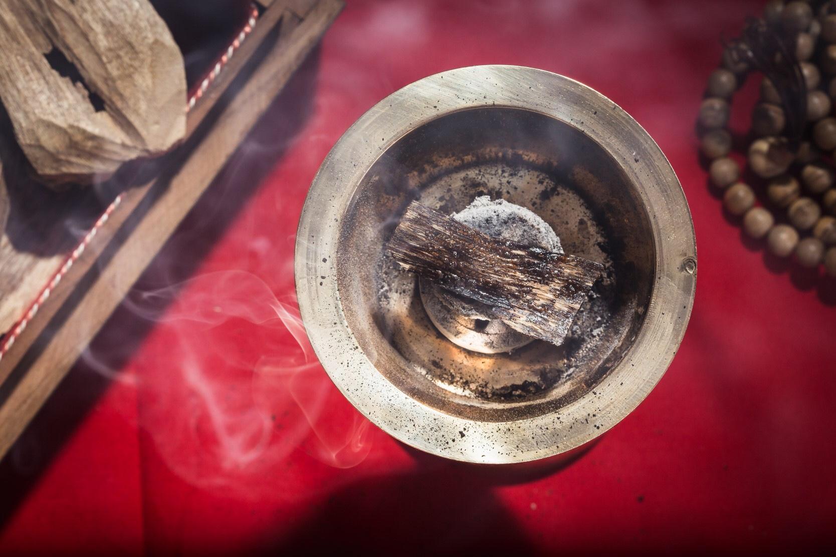Cách đốt Trầm Hương miếng bằng lửa trực tiếp